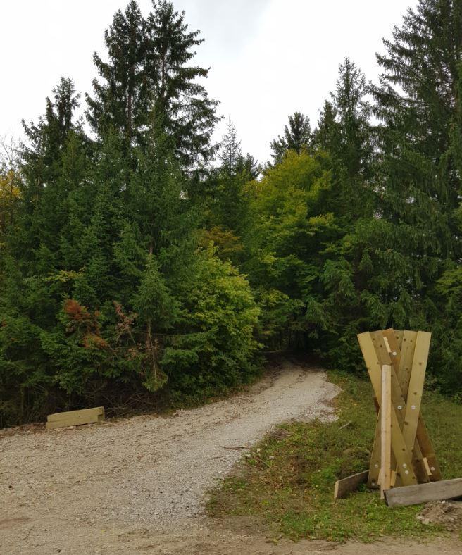 Na usmerjevalni strukturi bodo table, ki vas bodo usmerile naprej po poti Drvošec, ali v drugo smer, po kolesarski poti