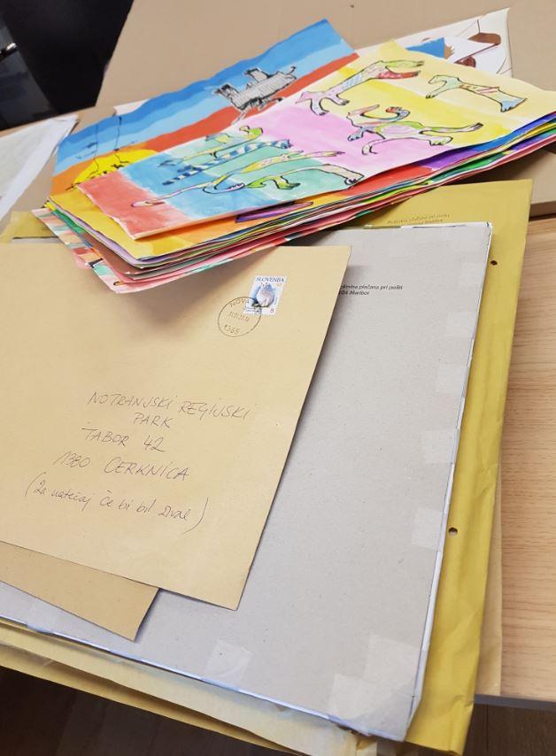 Pošta, ki je še nismo uspeli odpreti in kup ustvarjalnih slik za natečaj Če bi bil žival