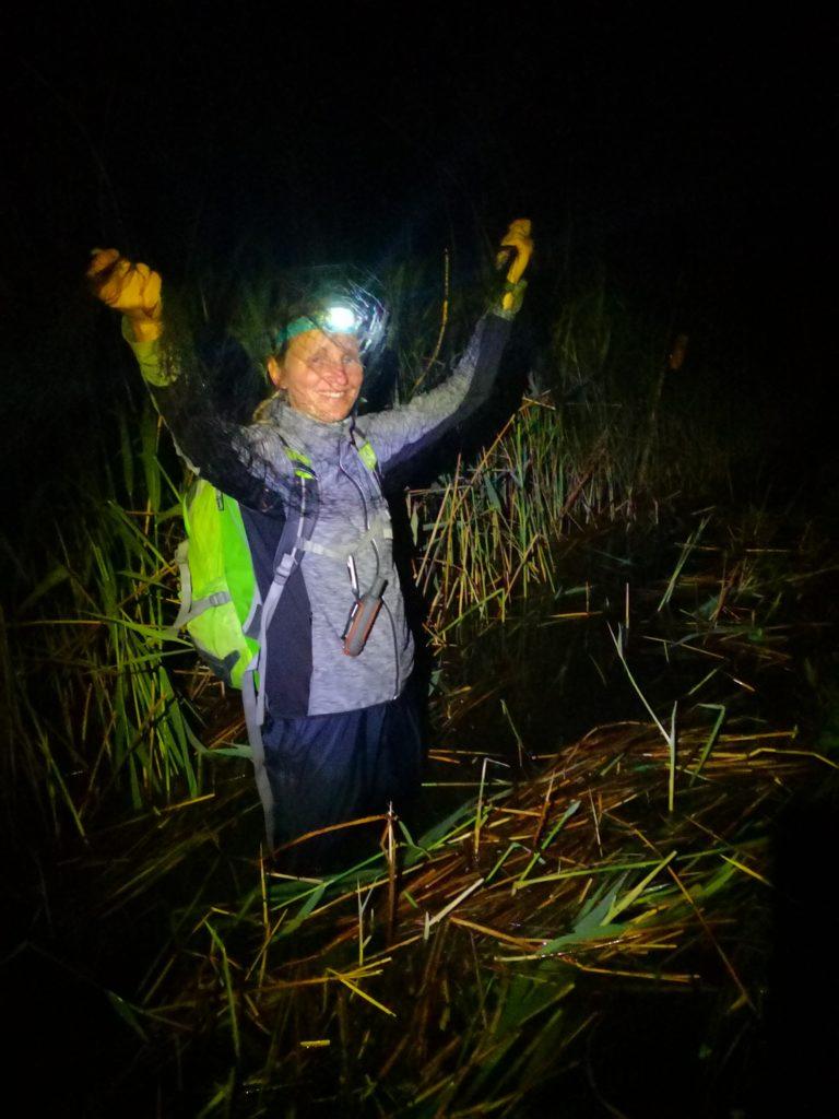 Katarina Denac med postavljanjem mrež za ulov bobnarice. Foto Tomaž Mihelič
