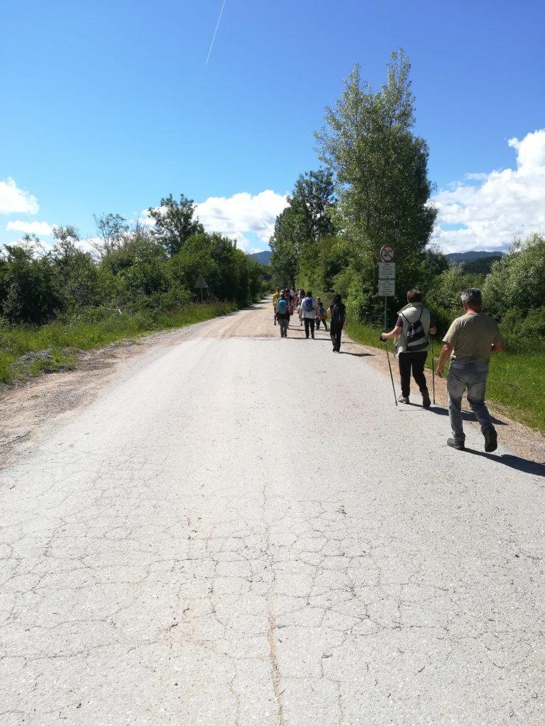 Številni udeleženci vodenega spoznavanja vodnega prebivalstva Cerkniškega jezera.