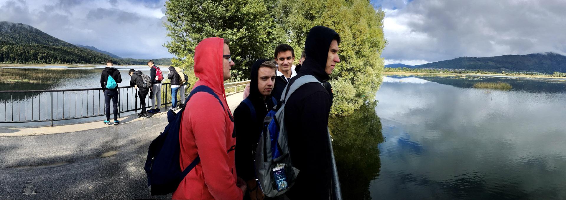 Presihajoče Cerkniško jezero ujeto med čarovniško Slivnico in divjimi Javorniki je eno od svetovnih čudes narave, zato se je skupaj s podzemljem Križne jame in naravnima mostovoma Rakovega Škocjana tudi uvrstilo na seznam najpomembnejših mokrišč na Zemlji.