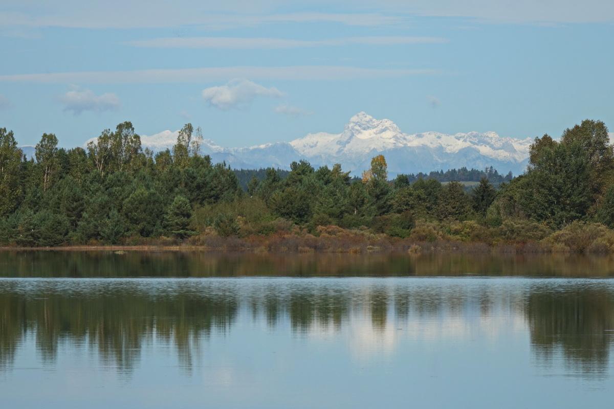 Ob jasnem vremenu se z jezera vidi vse do Triglava. Foto Tine Šubic