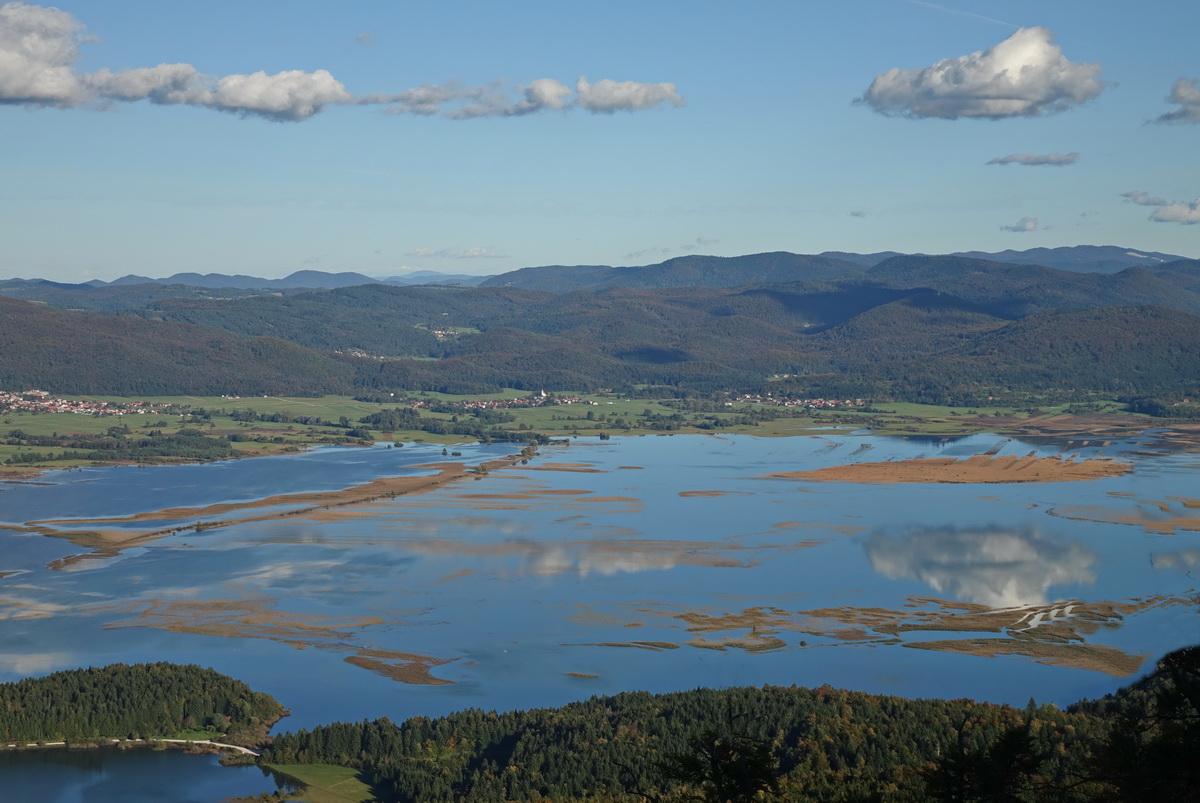 Pogled z Javornikov na povsem polno Cerkniško jezero. Foto Tine Šubic