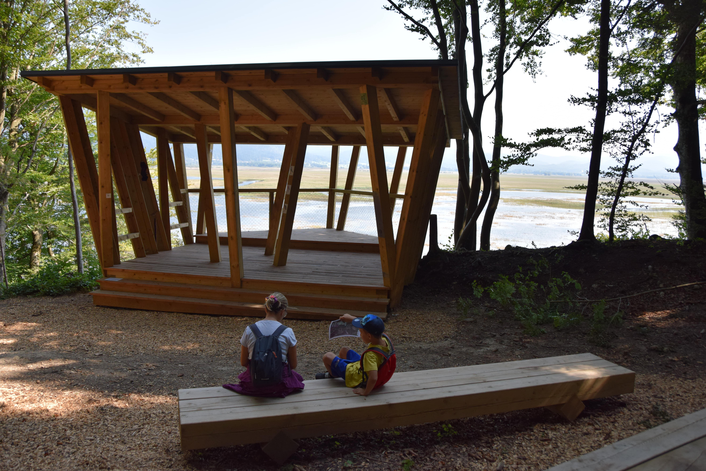 Opazovalnica Kuharca ponuja prekrasne poglede na Cerkniško jezero in širšo okolico. Foto NRP