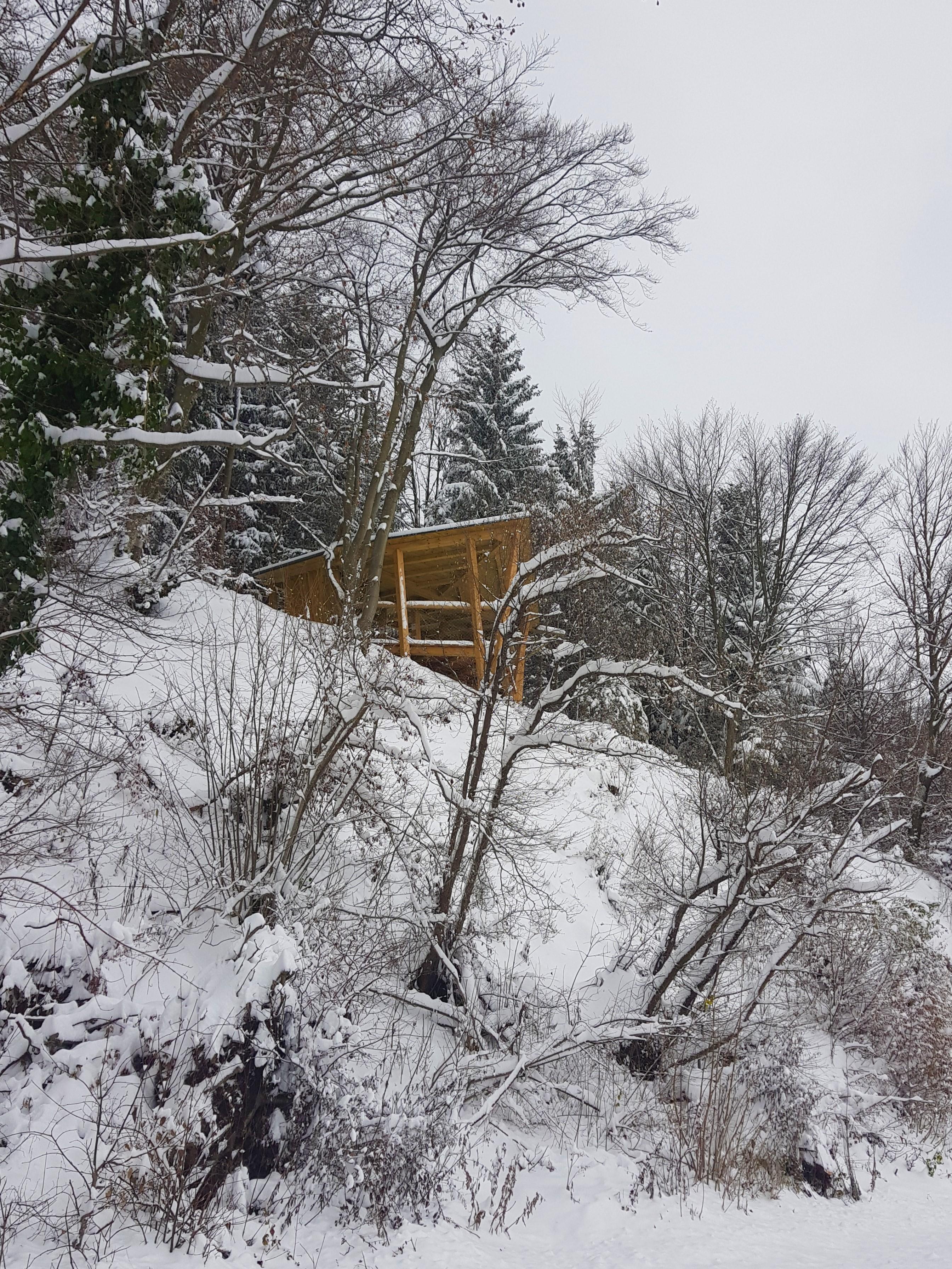 Opazovalnica Kuharca v snežni odeji.