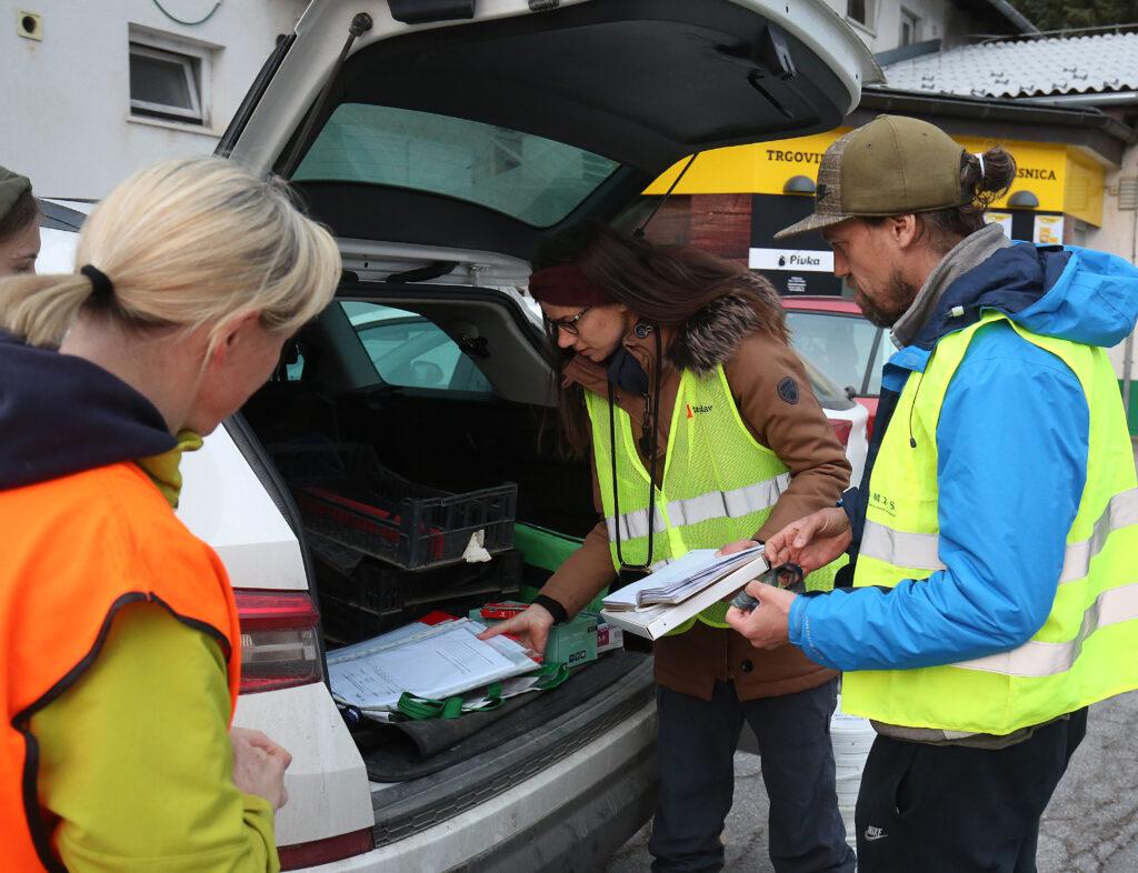 Vsak prostovoljec je dobil popisni list za ustvarjanje statistike o življu dvoživk na Slivnici. Foto Ljubo Vukelič