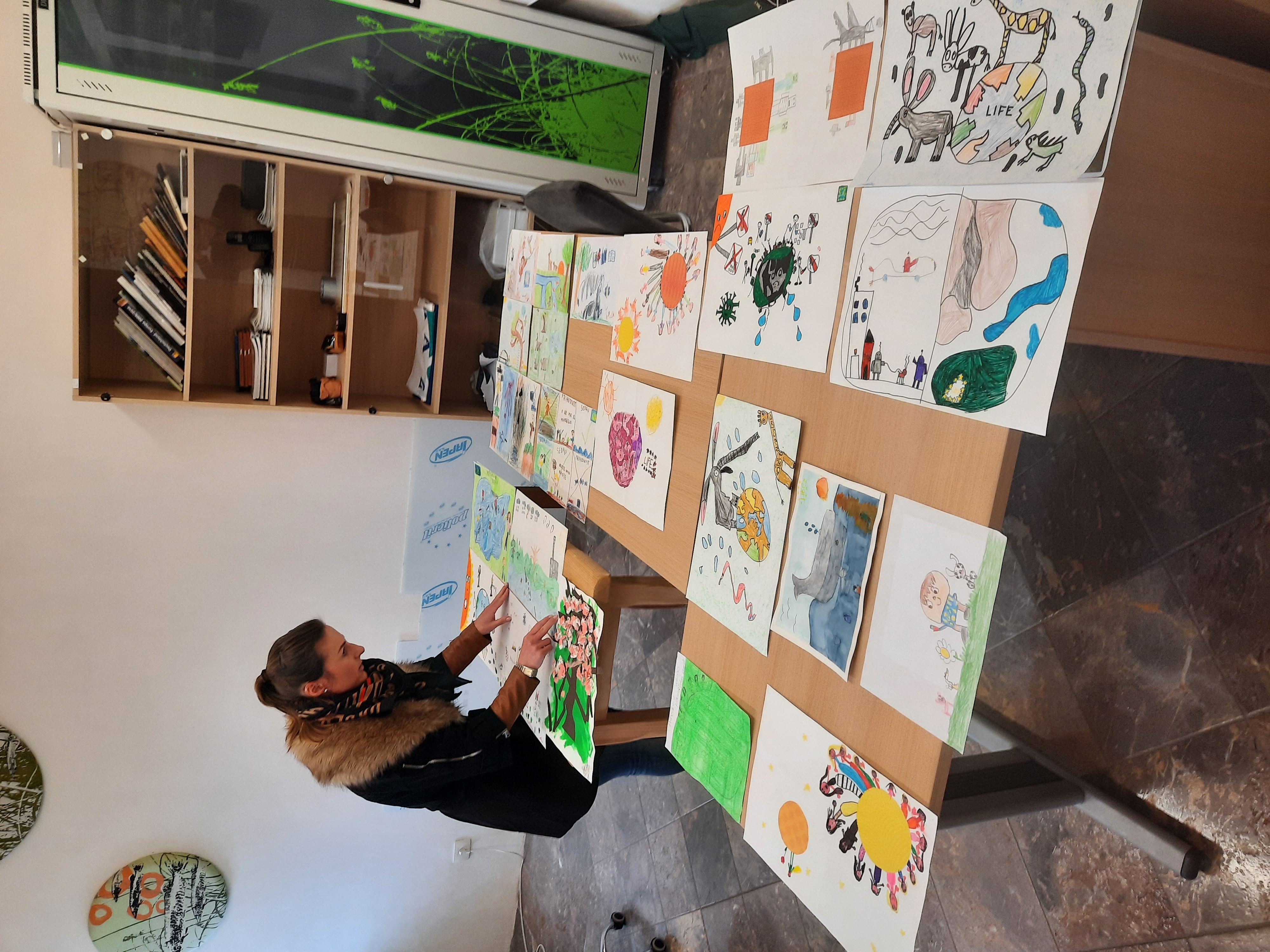 Ena od članov žirije, oblikovalka vizualnih komunikacij Barbara Kogoj.