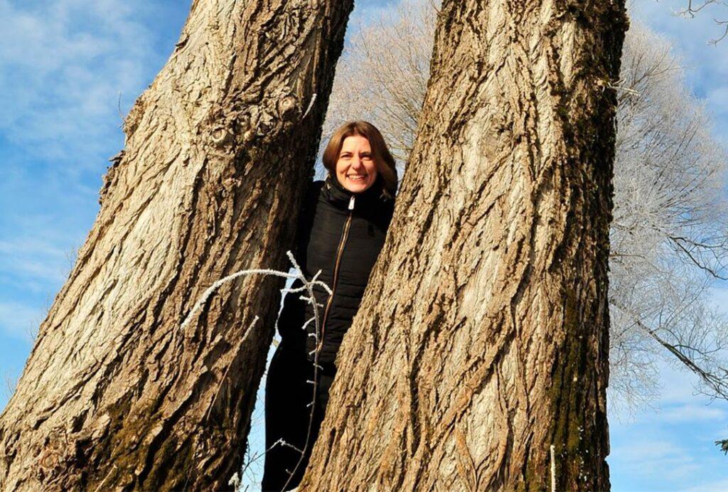 Irena Likar ob Cerkniškem jezeru. Foto: Jošt Stergaršek